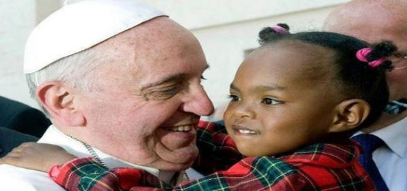 Papa Francisco con niña. Flickr