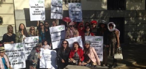 Manifestantes de rasgos asiáticos de Vox.