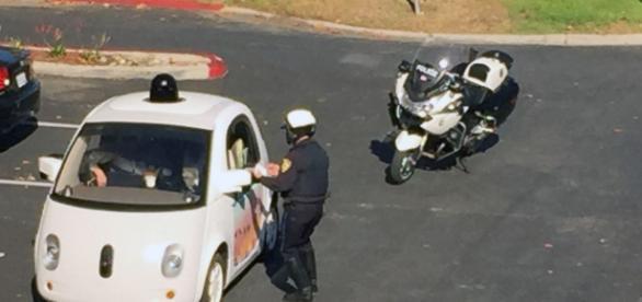 Policial perplexo com a situação inusitada.