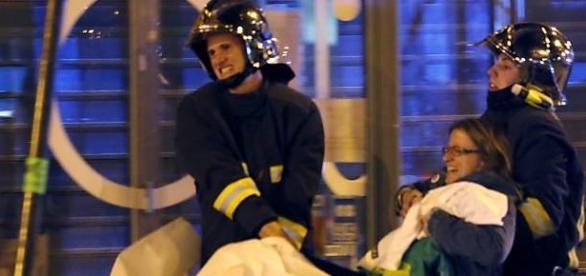 As vítimas sendo resgatadas após a tragédia.