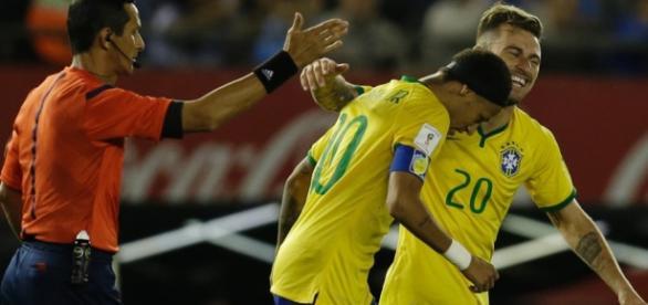 Lucas Lima comora seu gol com Neymar