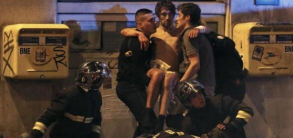 Policiais ajudam ferido no ataque