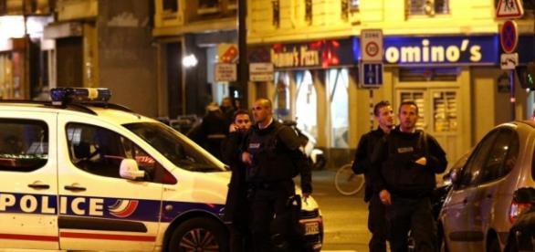 Policjanci na miejscu ataku terrorystycznego.