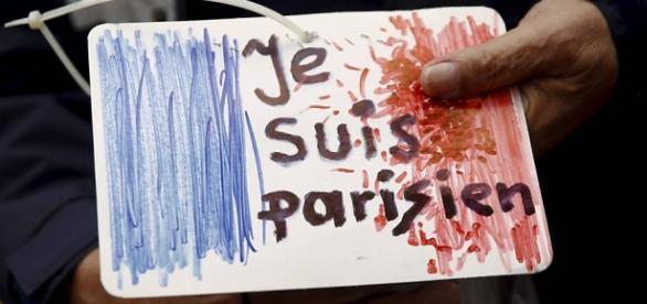 Povo chora nas ruas de Paris devido ao terrorismo.