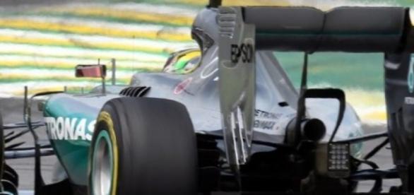 Hamilton persigue a su compañero Rosberg