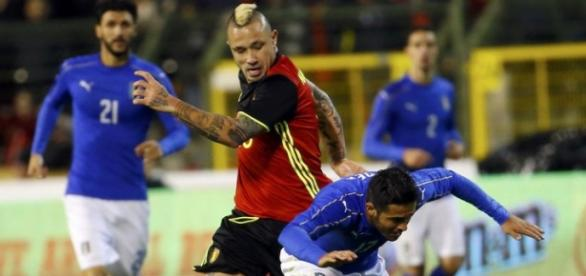 Nainggolan pugna por un balón frente a Italia