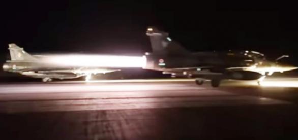 Caças franceses decolando para ataque