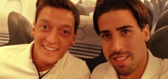 Mesut Özil und Sami Khedira im Flugzeug