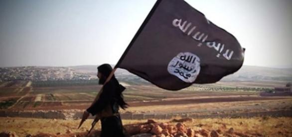 Miembro del Estado Islámico portando una bandera