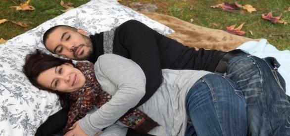 Tânăra care oferă îmbrățișări bărbaților