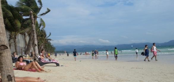 white beach, frente a hoteles y restaurantes