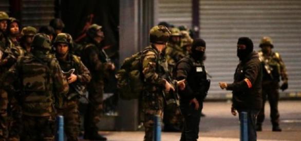 Împuşcături şi explozii în Paris