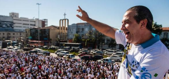 Malafaia acena para multidão durante evento em SP