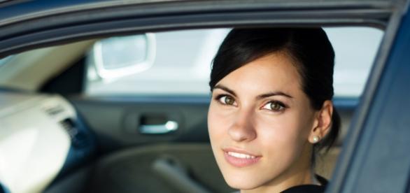 Mujer conduciendo (menos accidentes)