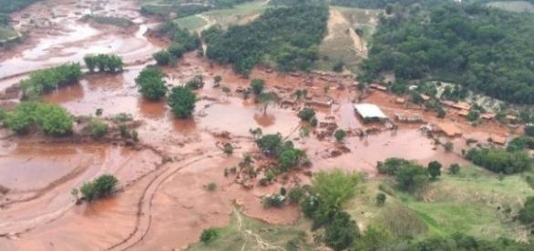 Vista aérea da cidade de Mariana/MG após desastre.