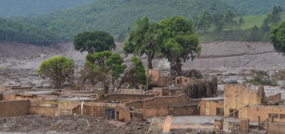 Casas destruídas pelos rejeitos da barragem