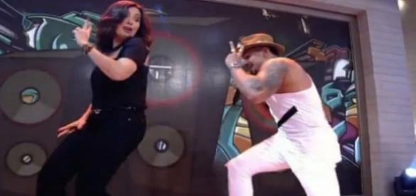 Fátima Bernardes dançando funk com Naldo