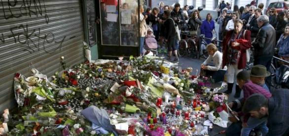 Homenaje floral a las víctimas del 13-N