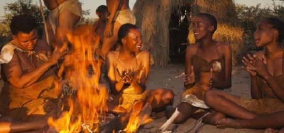 Hazda de Tanzania cantando alrededor de la hoguera