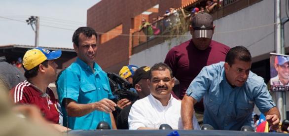 Henrique Capriles junto a varios seguidores