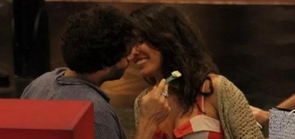 'Moisés' e Giselle Itié são vistos aos beijos