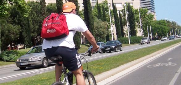 Ciclista en carril bici de Barcelona