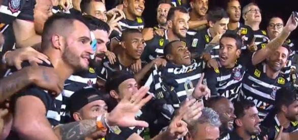 Corintianos comemoram ao fim da partida