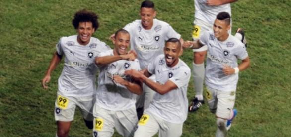 Comemoração do primeiro gol. (foto:lancenet)
