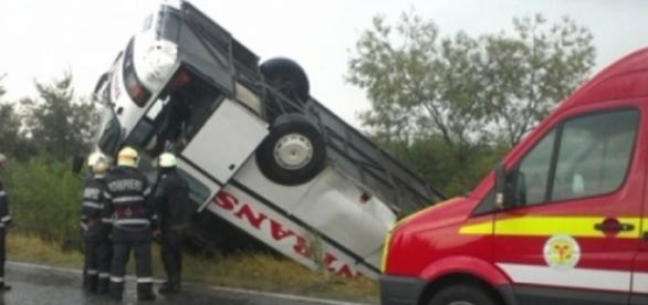 Autocar răsturnat lângă Băile Herculane