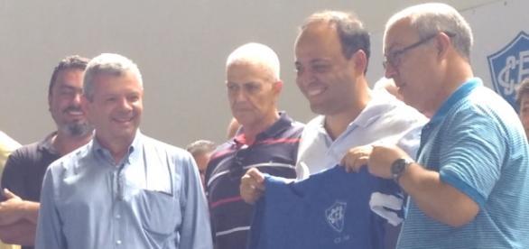 Prefeito Rodrigo Neves ganha a camisa do Cantusca.