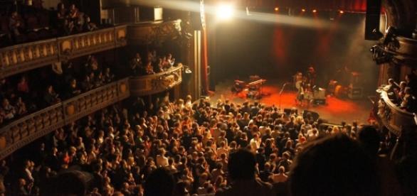 La sala Bataclan llena en una actuación musical.