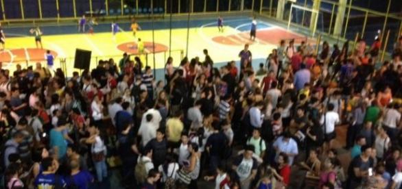 Estudantes ficam no pátio da quadra após o tremor.
