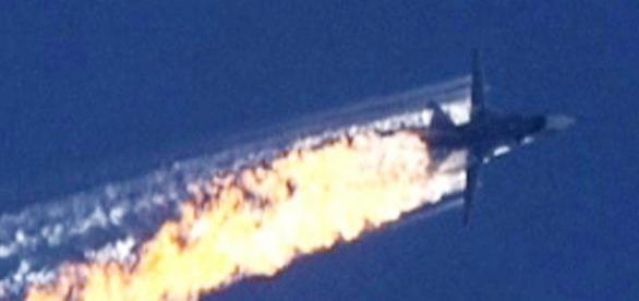 Il jet russo Sukhoi Su-24 in fiamme