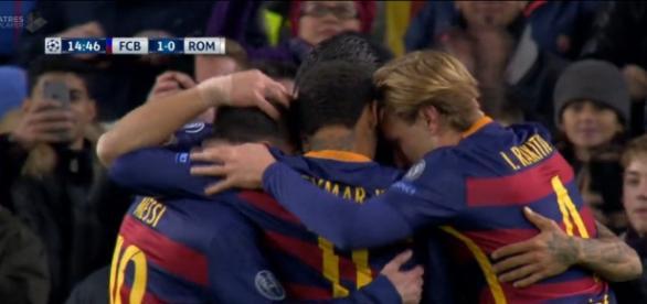 Los jugadores celebrando el primer gol de Suarez