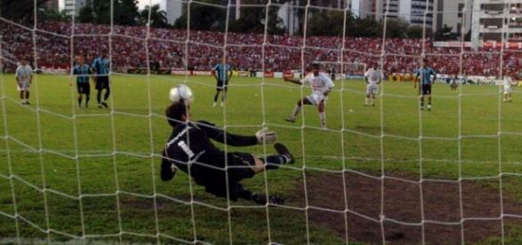 Na foto, Ademar perde o pênalti decisivo