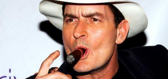 Vídeo mostra Charlie Sheen fazendo sexo oral