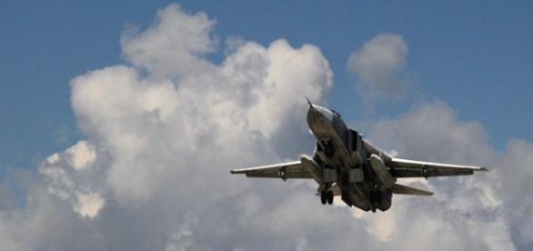 Caça russo Su-24 na base aérea de Latakia, Síria