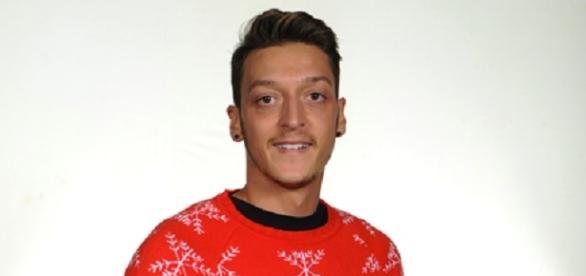 Mesut Özil mit dem Arsenal London Pullover