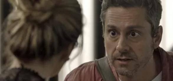 Romero trai Atena e tenta assassiná-la