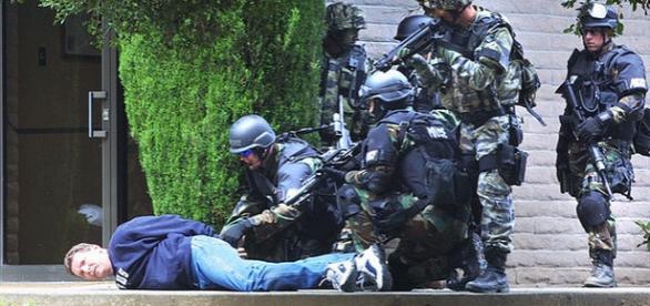 Echipă SWAT în acţiune, arestând un suspect