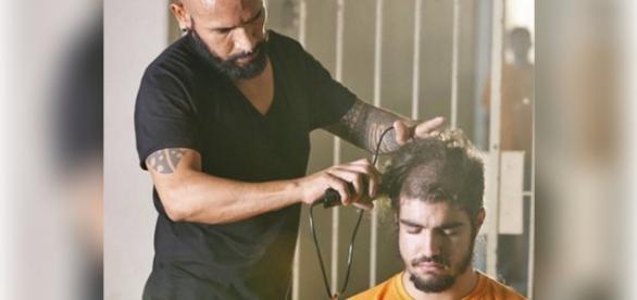 Caio Castro raspa cabeça em I Love Paraisópolis