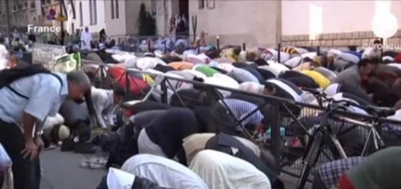 Islamska modlitwa we Francji (Euronews print scrn)