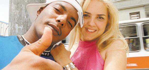 Os MC's Naldinho e Bela na época do hit em 2001