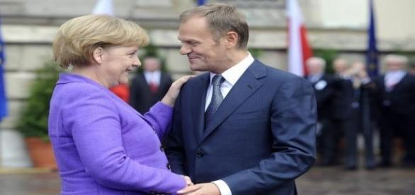 Angela Merkel w objęciach Donalda Tuska.