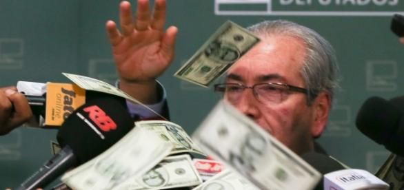 Cunha toma chuva de dólares enquanto discursava