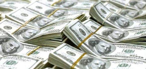 Dólar acompanha valorização americana