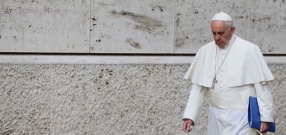 Papa Francesco solo contro la Curia