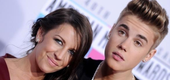 Justin Bieber admitiu que está muito longe da mãe.
