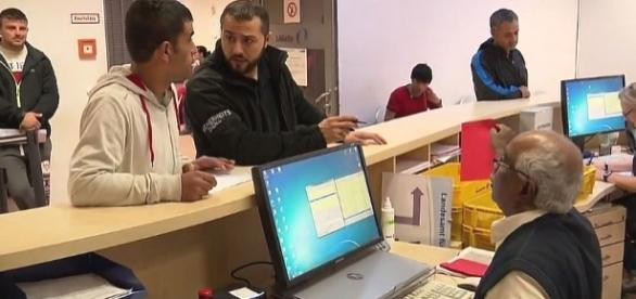 Egipski urzędnik w akcji w urzędzie RFN