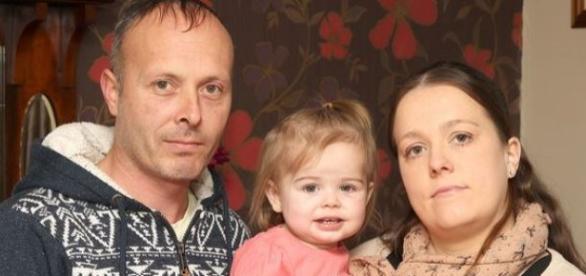 Jenny com a mãe e o pai após recuperação
